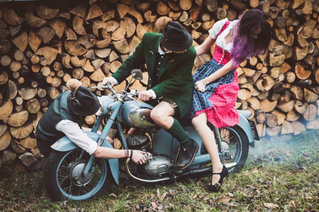 Geschwister fahren mit einer alten Puch